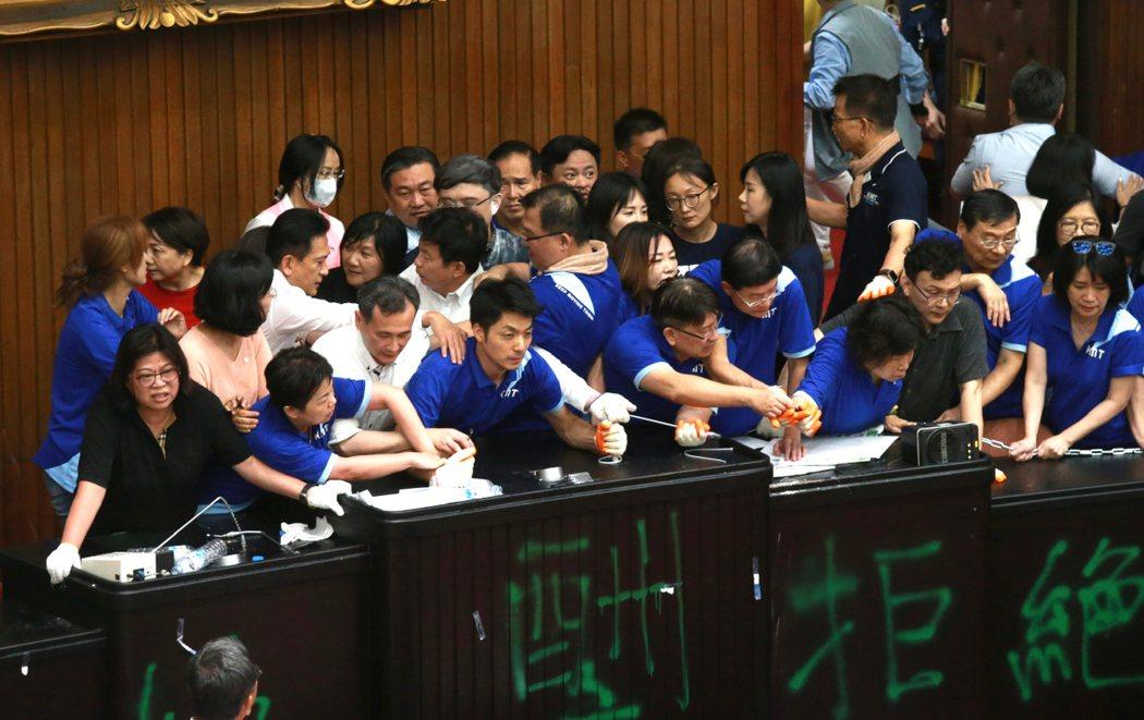 國民黨立院黨團為阻擋監察委員人事同意,號召黨籍立委強行占據立法院議場、主席台。聯合報系記者黃義書/攝影