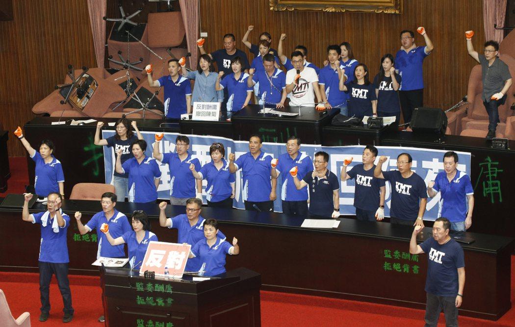 國民黨立委占據立法院議場。聯合報系記者鄭超文/攝影