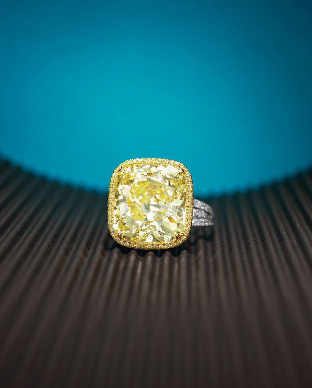 13.03克拉天然濃彩黃色鑽石配黃色鑽石及鑽石戒指,售價待詢。