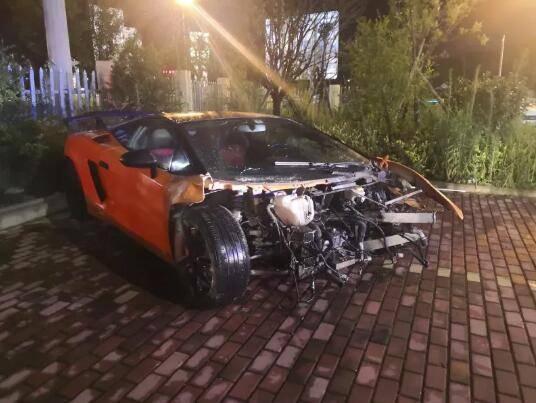 向好友借跑車卻撞壞,維修費高達250萬元。圖片來源/ sohu