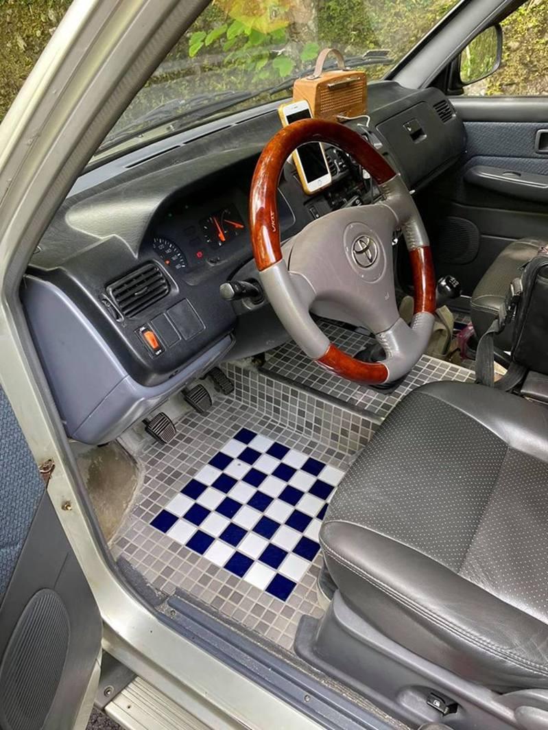 車主改裝廁所風駕駛座網友笑翻。圖片來源/ 臉書