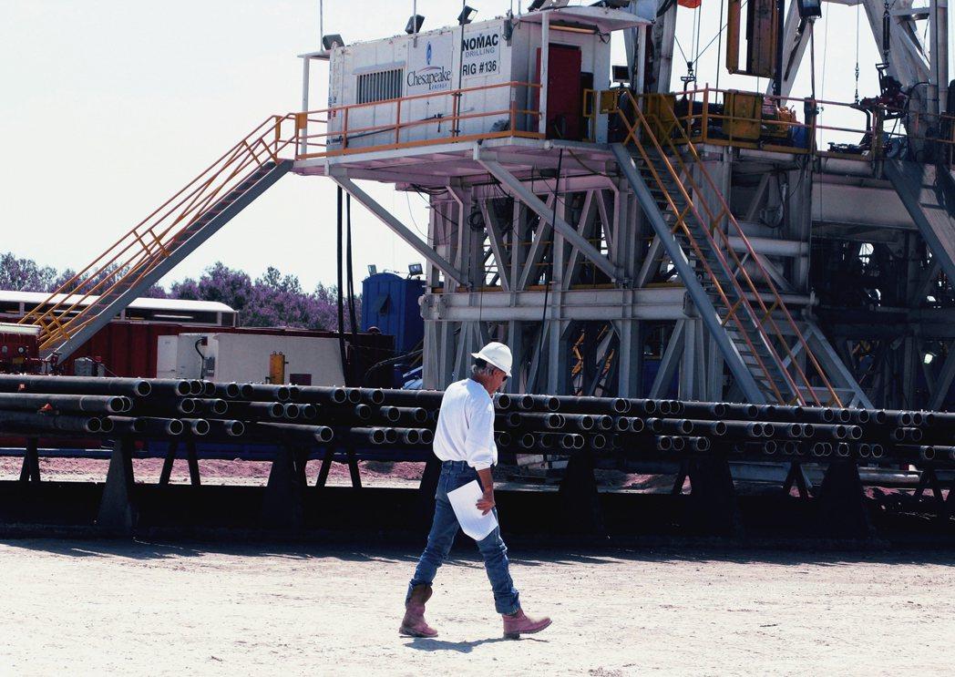 然而頁岩油的開採成本相較傳統油田高昂,雖然在熱潮初期一度獲益於國際油價的長年走高...