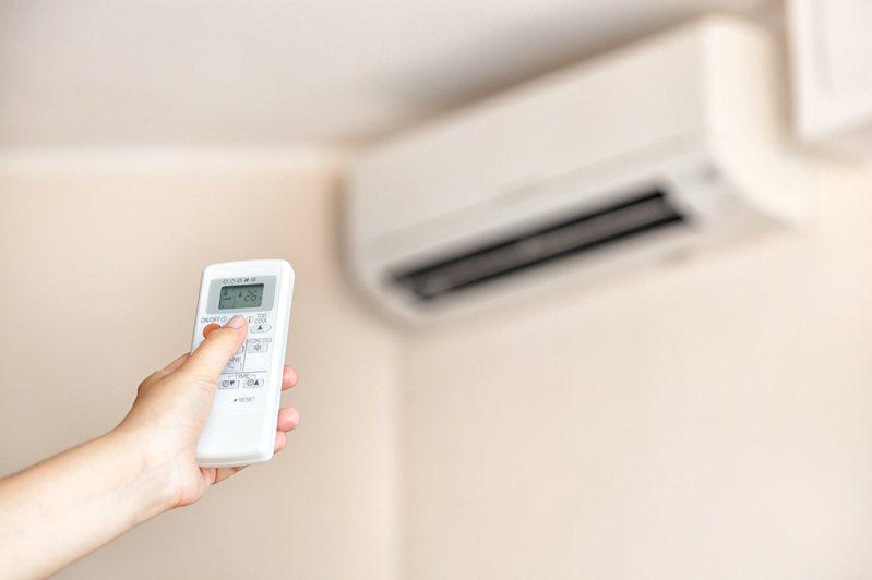 想長時間吹冷氣又不想花太多電費,最好選擇變頻冷氣。 圖/Ingimage