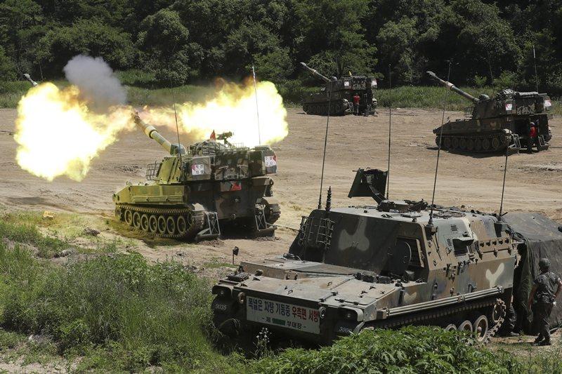 南韓陸軍的K-55自走砲在兩韓邊境進行軍事演習,攝於6月22日,坡州市。 圖/美聯社