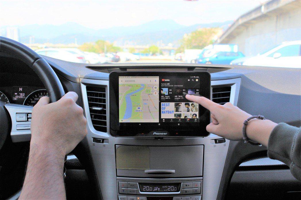Pioneer SPH-T20BT如同平板的分割畫面功能,供駕駛與副駕同步使用不...