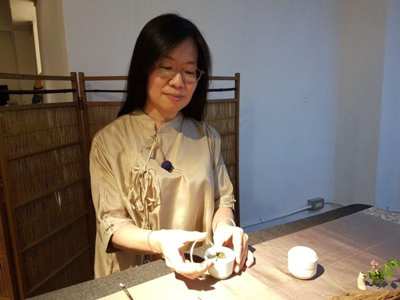香道師郭叔菱指出香道有儀軌,經由此道可安頓身心。 圖/王宏舜 攝影