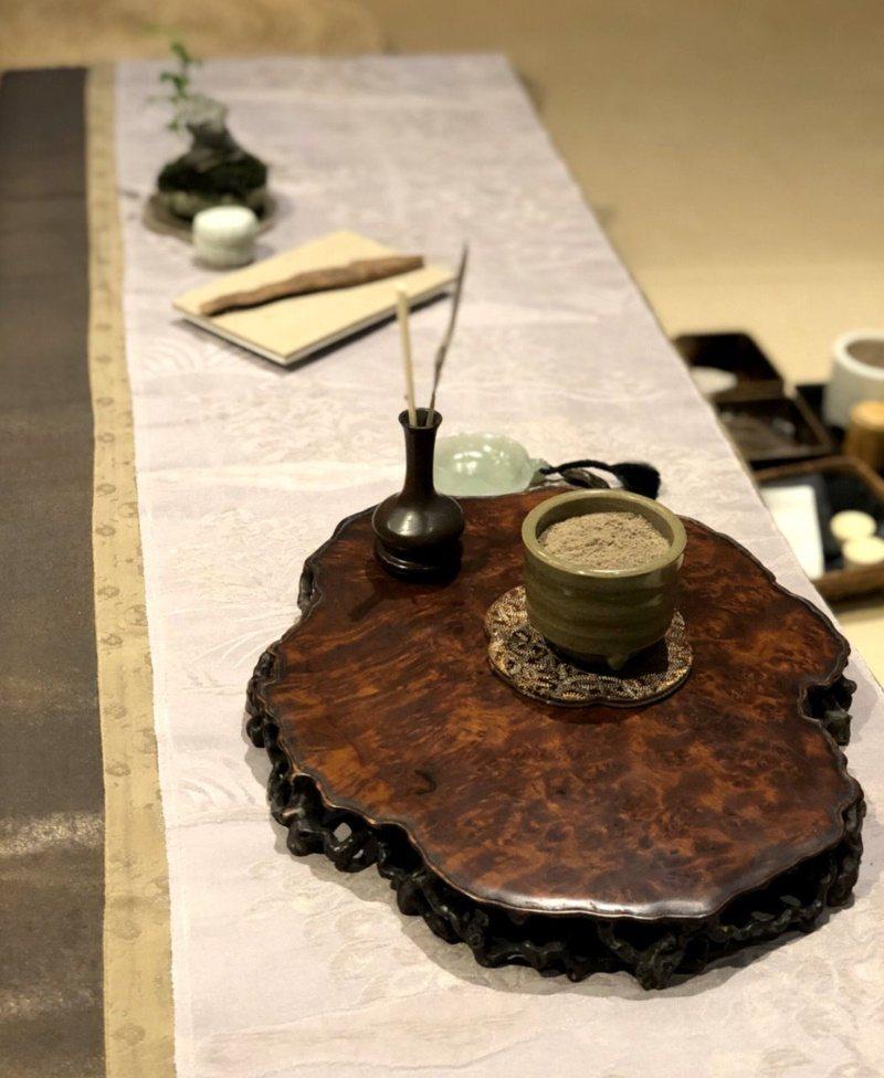 香席如同茶席,藉由一些典雅小物點綴,風雅的香席待客周到,也彰顯香主人的品味風格。...
