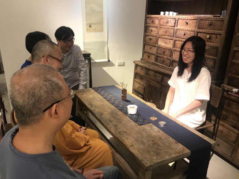 香道師郭叔菱(右)表示,不論是在家待客或是參加正式場合,都可以擺香席交流。 圖/...