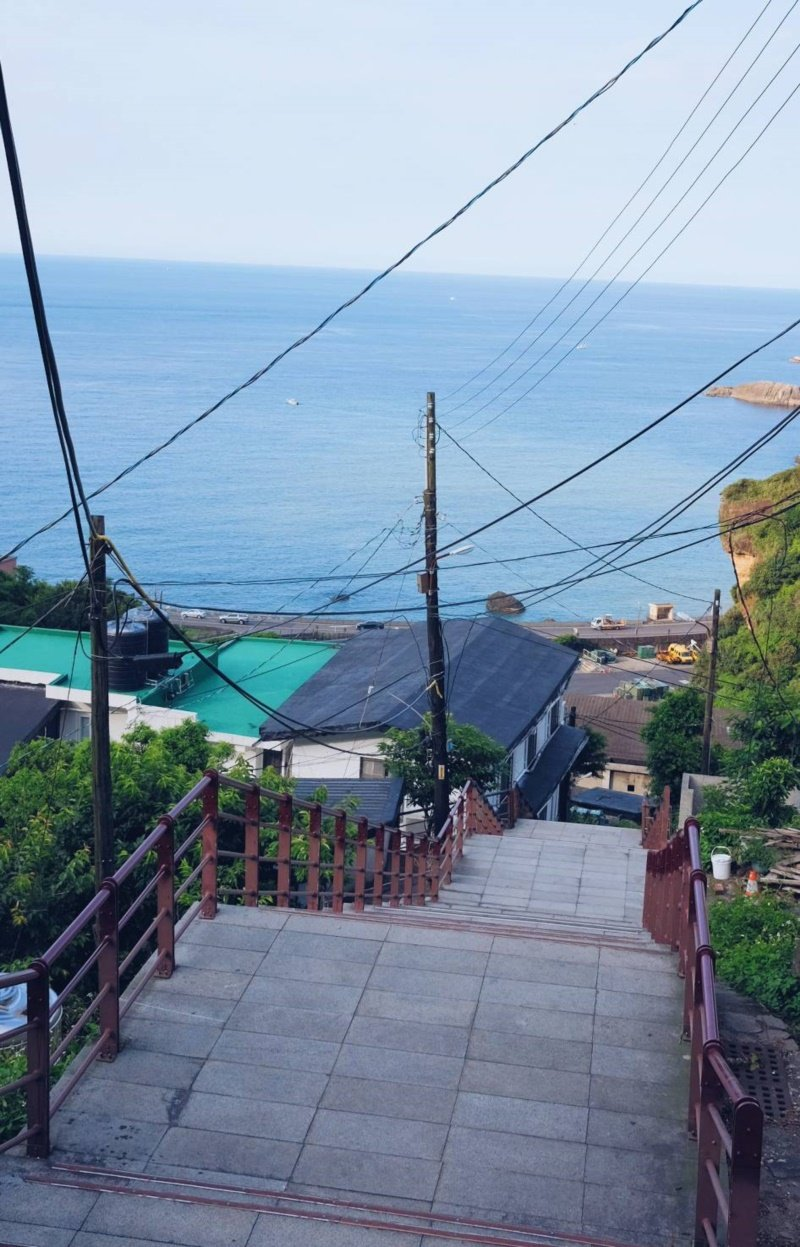 濂洞國小門前的長階梯,可欣賞陰陽海景。 圖/黃仕揚 攝影