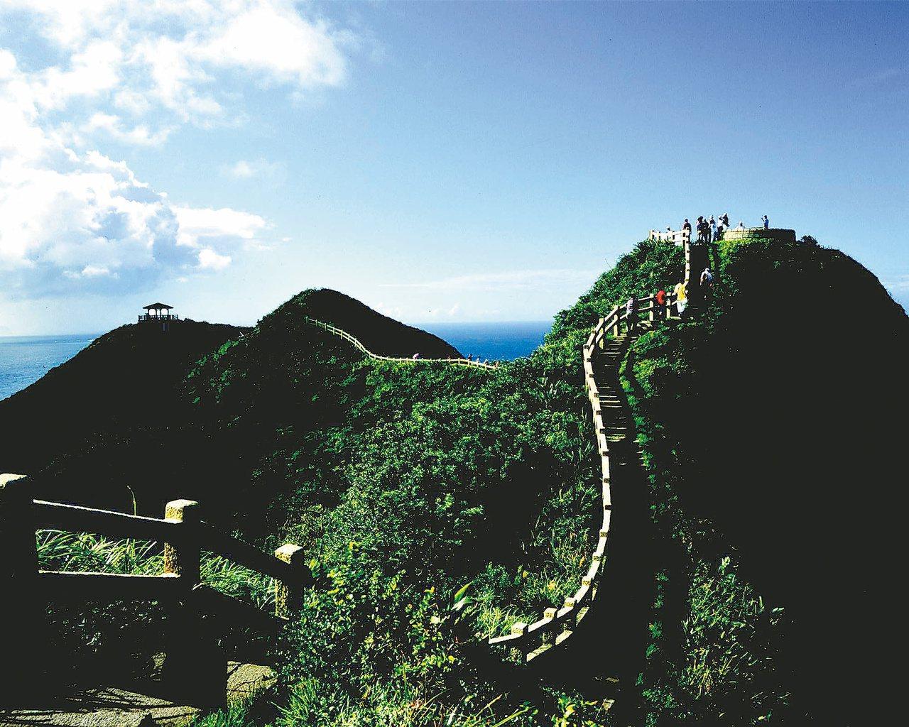 鼻頭角步道的稜谷線,走在其上可三百六十度飽覽山海風光,欣賞基隆山、無耳茶壺山、岬...