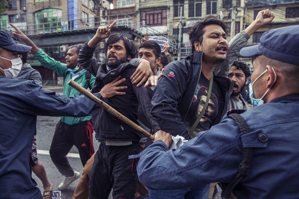 印度與尼泊爾的領土爭議,可說是百年歷史恩怨,近期越演越烈。圖為加德滿都群眾,抗議...
