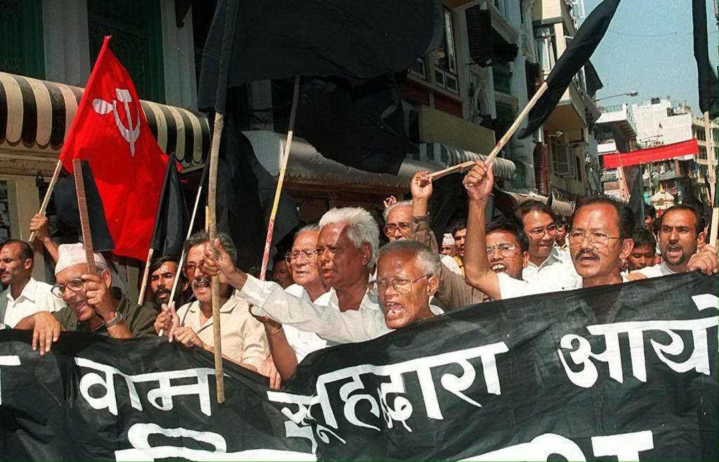 1998年,尼泊爾的共產黨支持者遊行抗議,要求印度軍隊退出卡拉帕尼地區。 圖/法...