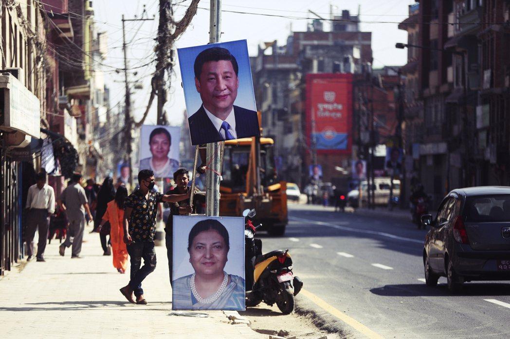 兩大之間難為小,但尼泊爾寧可火中取栗,靠向中國。圖為2019年中國國家領導人習近...