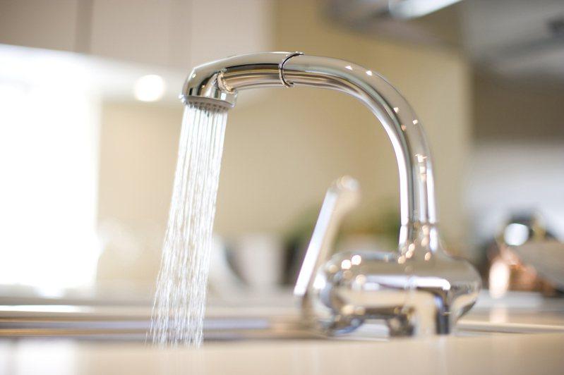 一名網友PO文提到,找水電師傅來換一顆水龍頭被報價5000元,這讓他感到相當傻眼。示意圖/ingimage