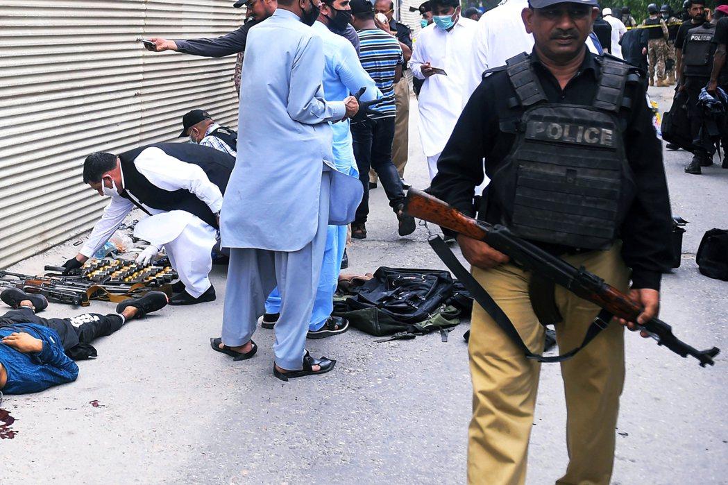 在槍林彈雨的一片混亂中,證交所保全、駐警與緊急增援的巴基斯坦民兵團雖然將槍手們團...