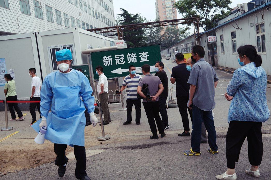 6月29日北京進行的病毒篩檢。北京的新發地市場,從6月11日的感染爆發以來,17...