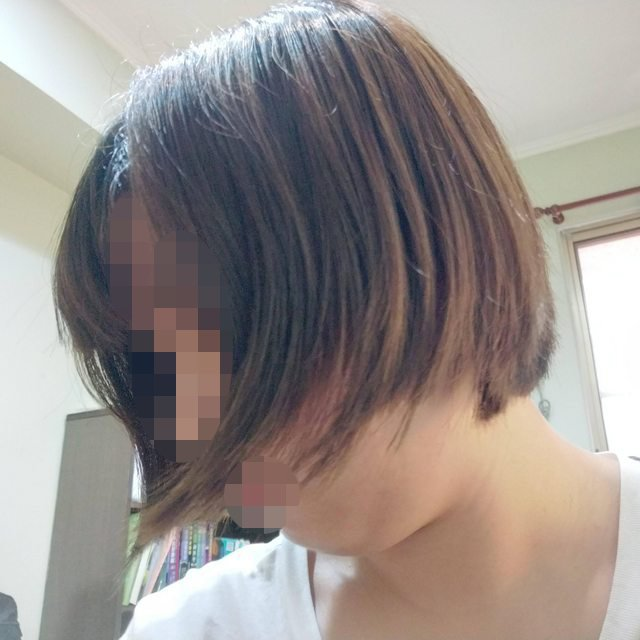 一名女網友PO文提到,自己去了媽媽推薦的百元理髮店剪頭髮,沒想到剪完之後原本的頭髮卻變得跟「狗啃的」一樣。圖擷自PTT