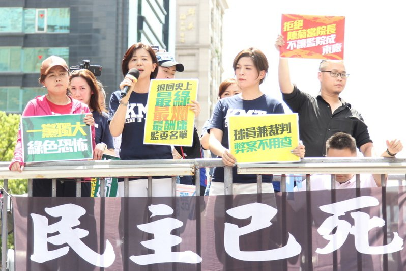 文傳會主委王育敏(左2)表示,蔡總統就是把監委當成禁臠的始作俑者,國民黨是為民眾捍衛台灣民主。(photo by 祝潤霖/台灣醒報)