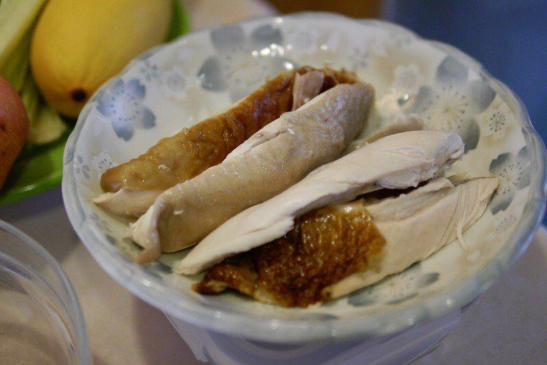 鹹水雞或者煙燻雞肉的雞胸肉,肉質的水份較少,但口感比較有彈性。