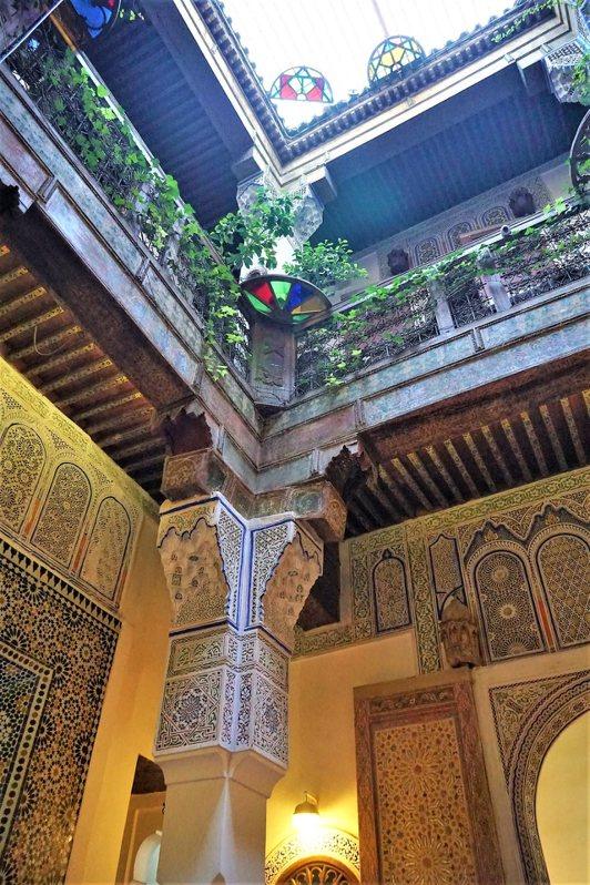 近年來摩洛哥政府鼓勵重整 Riad,也允許外國人投資,現在許多的 Riad,改造成餐廳或民宿。這是其中的一家餐廳 Darori,在封閉式的庭園中吃飯。