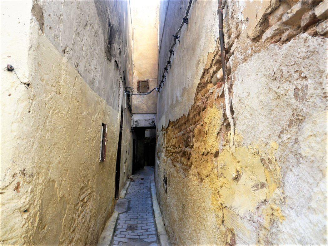 穿過1200多年的土牆街道,民宿就在這窄巷的盡頭。