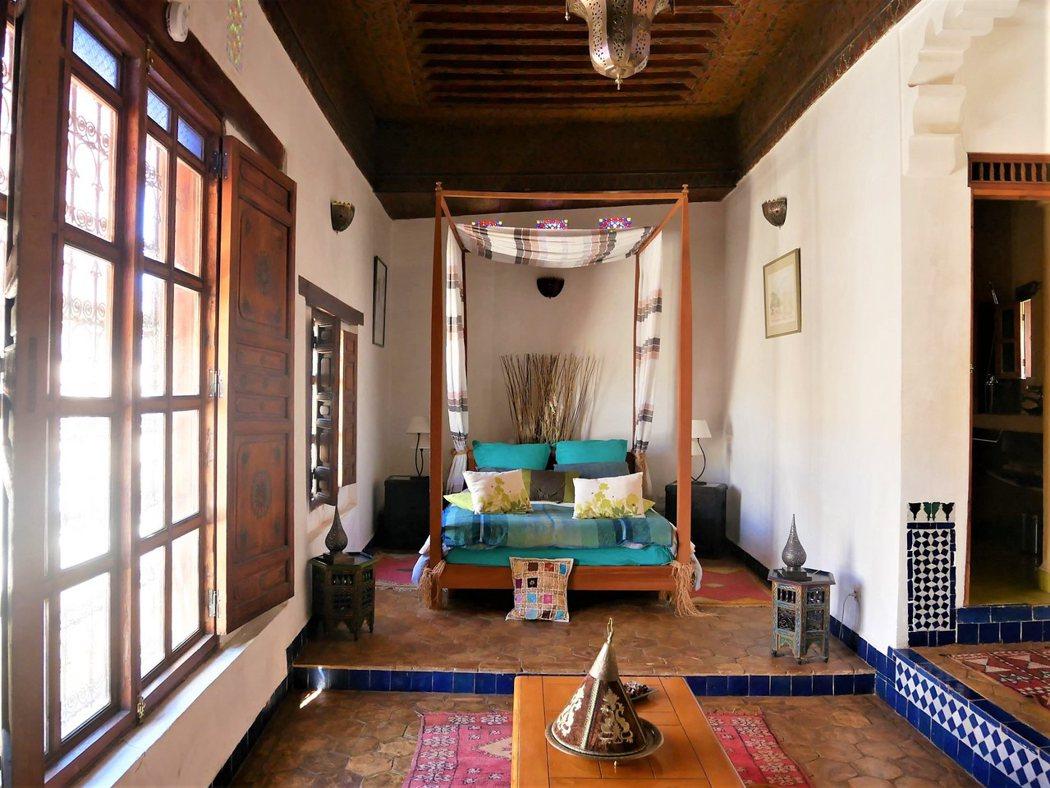 Dar Melody 民宿有三層樓,我們住最上層。這是間小規模的民宿,裝飾樸素不像 Darori 餐廳,民宿只出租三到四個房間,老闆夫婦住一樓。