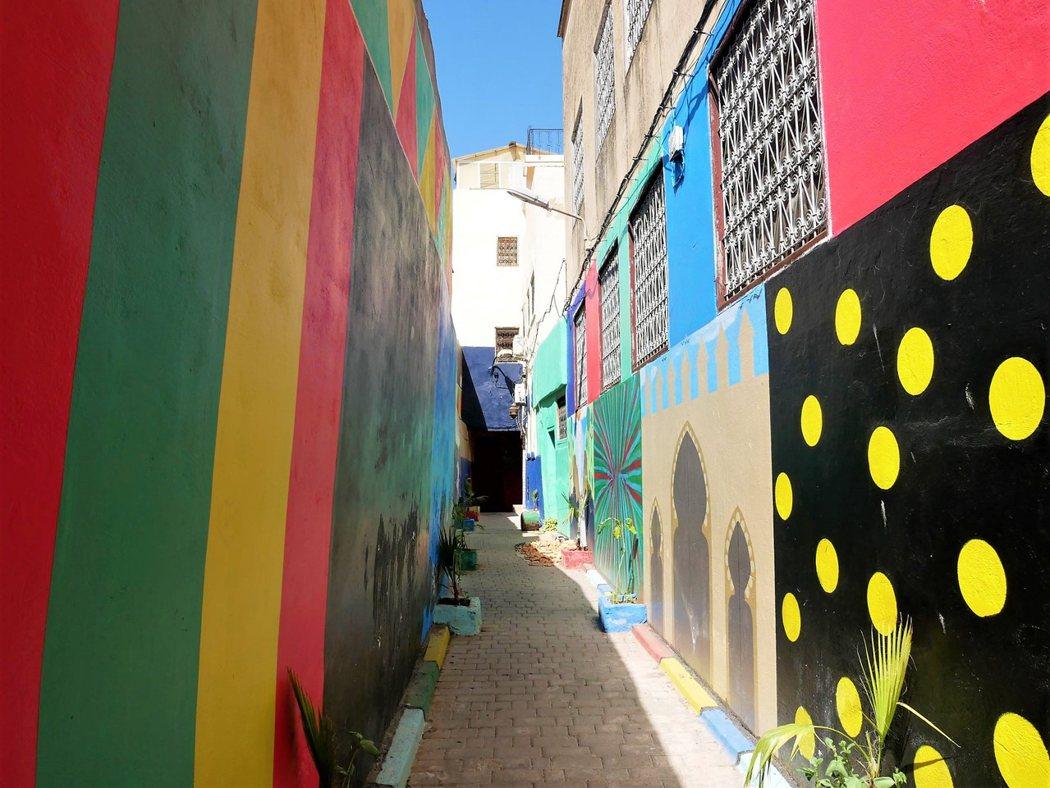 對於色彩鮮豔的巷弄,總是會多看幾眼。