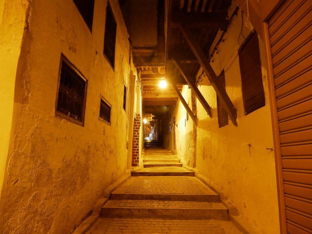 沒有商店的街道,家家過著隱密的居家生活。