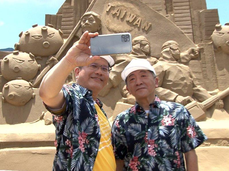 行政院交通部長林佳龍與衛福部長陳時中福隆沙雕季宣傳,一同來摘下口罩,希望大家能安心出遊。 圖/觀天下有線電視提供