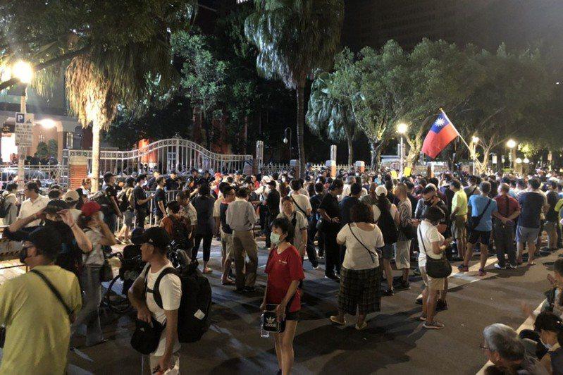 國民黨立院黨團突襲立院占領主席台,場外多個泛藍團體聲援。記者劉宛琳/攝影