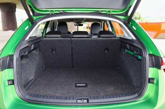 靈活運用的後廂也是賣點之一,不僅將電動啟閉尾門列為標配,後座打平後更可創造1,4...