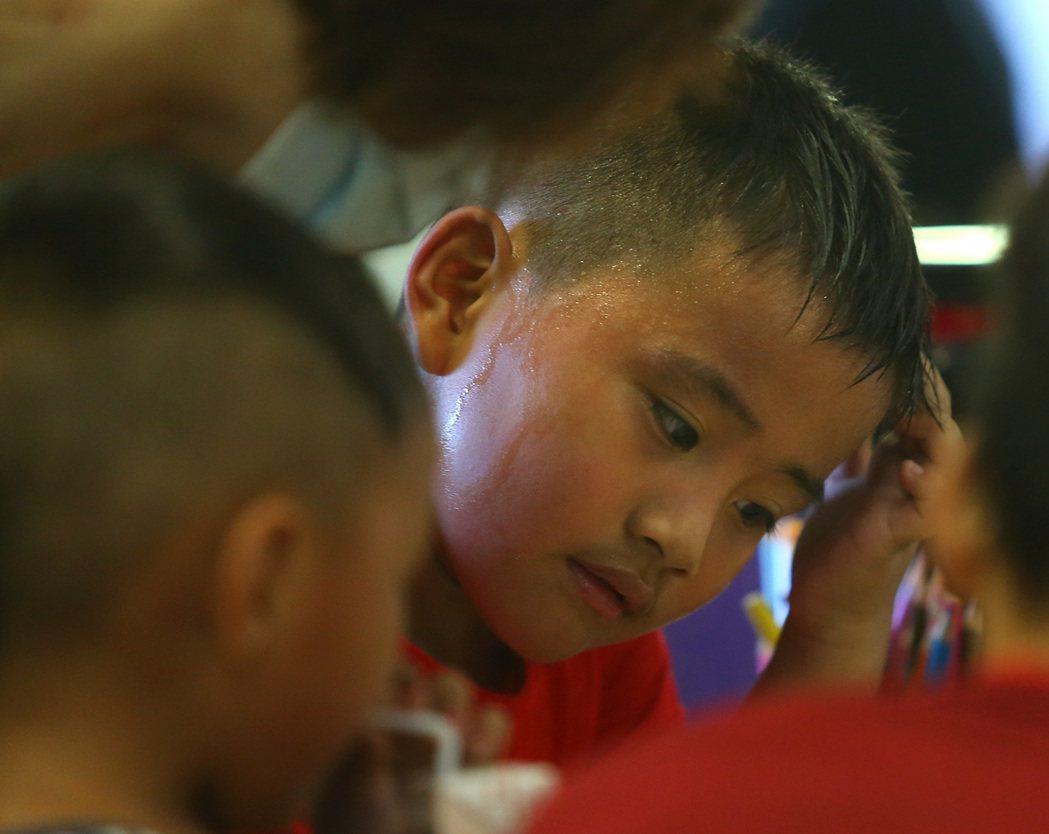「第二個家」 我們的小學堂 小朋友下課後,搭校車到「旭海小學堂」課輔,這裡就像他...