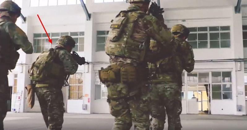 美軍特戰第一總隊去年公布「EXCELLENCE」(卓越)部隊形象一片,片中多名美軍教官搭配一名身著我方迷彩服的特戰官兵,在國軍營舍中模擬進行戰術搜索、攻堅。圖/擷取自美軍特戰第一總隊「EXCELLENCE」一片