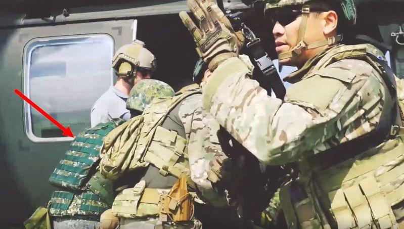 美軍特戰第一總隊去年公布「EXCELLENCE」(卓越)部隊形象一片,作為部隊協助友邦訓練的國際宣傳,多名美軍教官搭配一名身著我方迷彩服的特戰官兵(紅箭頭所指),由黑鷹直升機執行撤離任務。圖/擷取自美軍特戰第一總隊官方臉書粉絲專頁「EXCELLENCE」影片