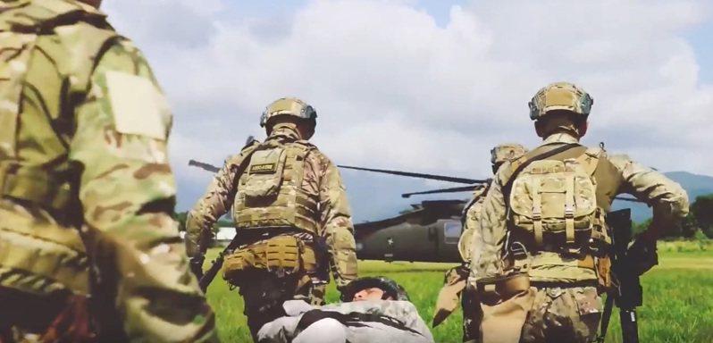 美軍特戰第一總隊去年公布「EXCELLENCE」(卓越)部隊形象一片,片中直升機尾桁上「陸軍」與國徽(紅圈處)在片中一閃而過,顯示美軍位置在台灣。圖/擷取自美軍特戰第一總隊官方臉書粉絲專頁「EXCELLENCE」影片