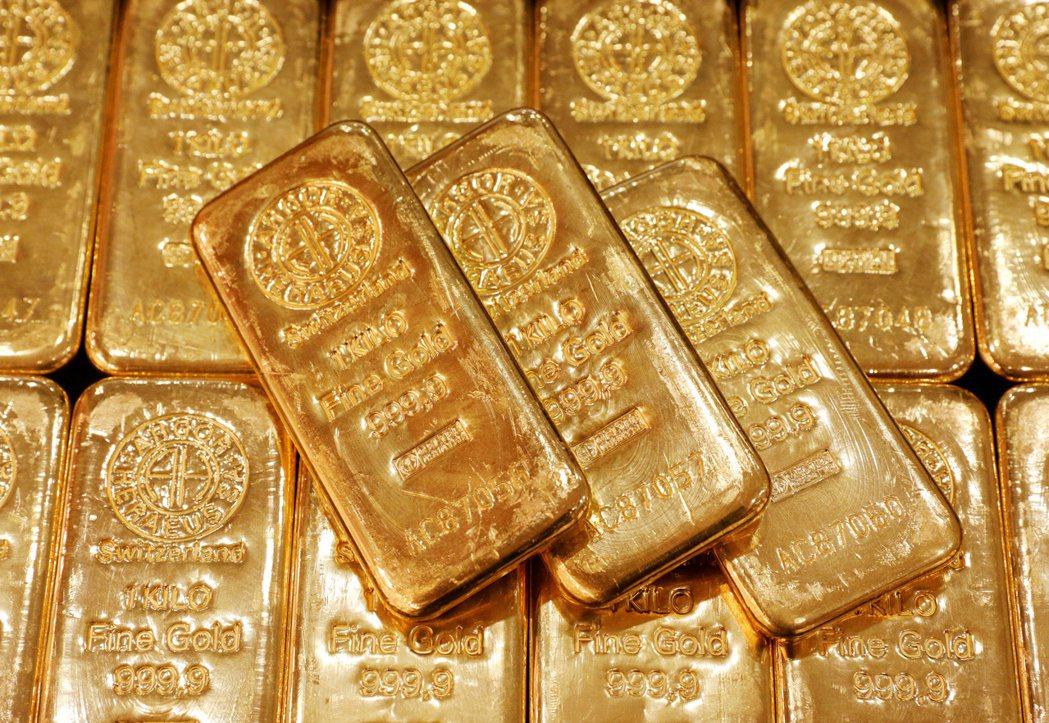 國際黃金期貨逼近每英兩1,800美元。 (路透)