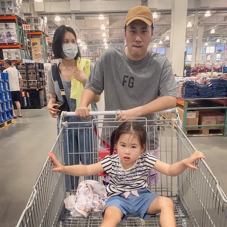 余祥銓(右)和二姊余苑綺(左)姊弟情深。圖/摘自臉書