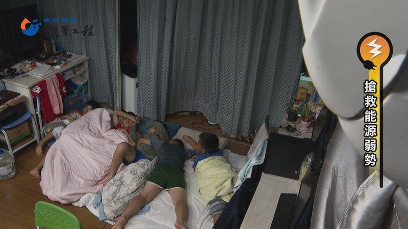 在「旭海小學堂」住宿的孩童,夏天幾乎都要吹冷氣才能入睡,高額電費是很大的負擔 。記者游昌樺/攝影