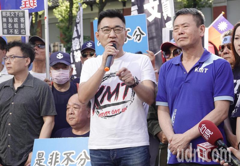 國民黨主席江啟臣向前來立法院支持的民眾喊話。記者鄭超文/攝影