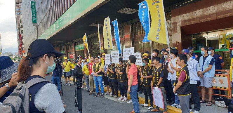 台灣汽車貨運暨倉儲業產業工會今日上午至勞動部陳情,要求勞動部表態禁止雇主打壓工會。記者陳宛茜/攝影