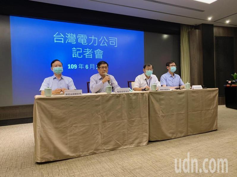 台電董事長楊偉甫(左二)今親自召開記者會,表示若中市府要入人於罪才罷休,願意承擔所有責任。圖/台電提供。