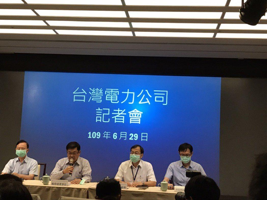 台電董事長楊偉甫今(29)日(左二)親上火線發表聲明,他表示若市府一定要入人於罪...