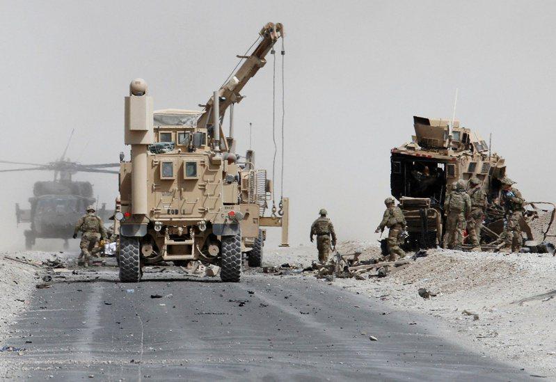 華盛頓郵報報導,俄羅斯懸賞獎金給神學士暗殺駐阿富汗美軍的行動,據信已經造成數名美國軍人死亡。圖為2017年駐阿富汗美軍檢查一輛遭自殺攻擊的聯軍車輛。路透