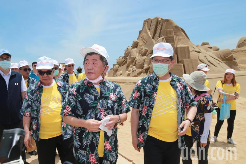 衛福部長陳時中(前左)與交通部長林佳龍(前右)一同參訪福隆沙雕藝術季,並為「防疫國家隊」沙雕揭口罩,呼籲國人安心旅遊。記者許正宏/攝影