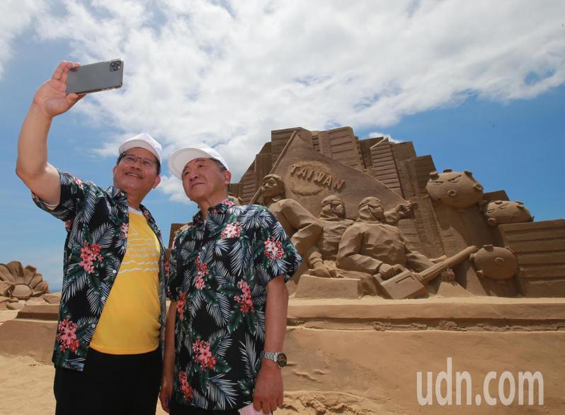 衛福部長陳時中(右)與交通部長林佳龍(左)上午一同參訪福隆沙雕藝術季,並為「防疫國家隊」沙雕揭口罩,呼籲國人安心旅遊,兩人在沙雕作品前自拍合影。記者許正宏/攝影
