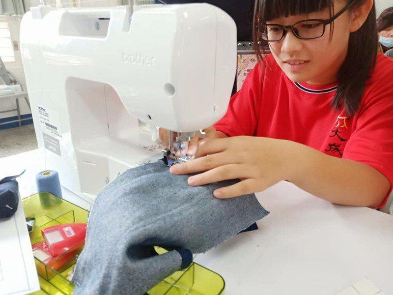 大小朋友體驗縫紉課程。圖/勞動部勞動力發展署桃竹苗分署提供