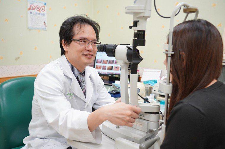 聯新國際醫院眼科主任張文瑞提醒大太陽強光下工作者,要格外注意防範避免眼睛受傷。圖...