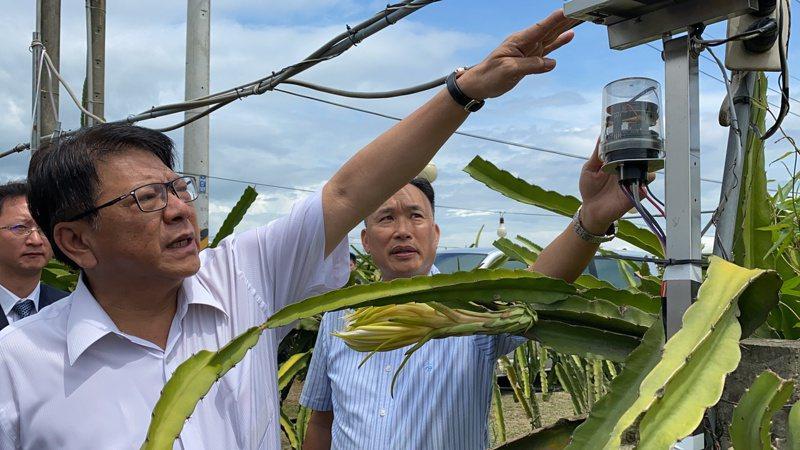 清華大學電機資訊學院院長黃能富(右)跟屏東縣長潘孟安介紹大龍王農場內設置智慧化設備。記者劉星君/攝影