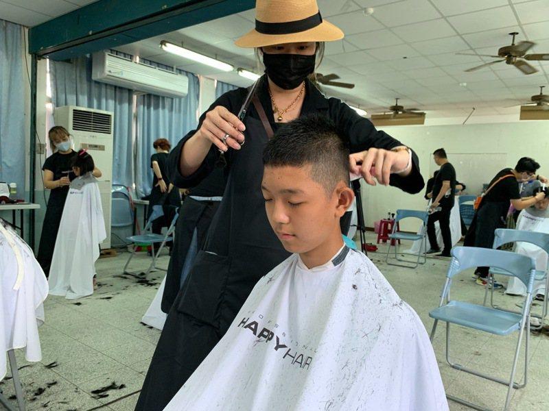 大江生醫今協同HAPPY HAIR快樂髮型、大江生活、詠江教育基金會等單位,在屏東縣僑智國小舉辦學童義剪,期盼小朋友們能「快樂變身」,以煥然一新的造型,邁向下階段的美好人生。圖/大江生醫提供