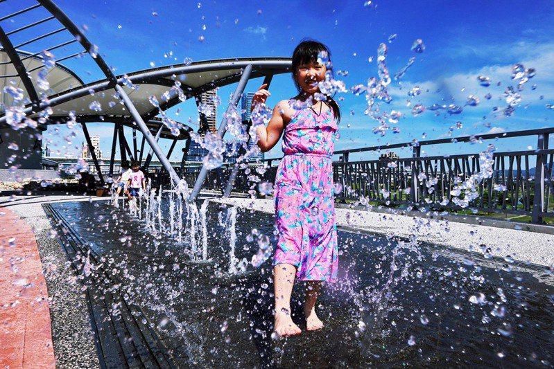新北大都會公園晨光橋的高空戲水噴泉「水地毯」,整點會開放噴泉15分鐘。圖/新北市高管處提供